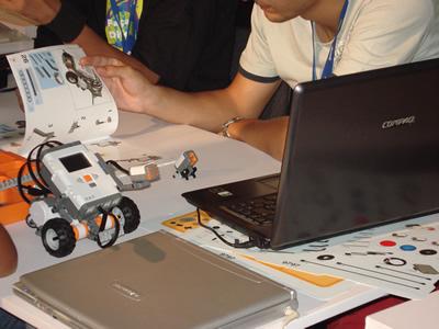 Participantes montando e programando um robô NXT